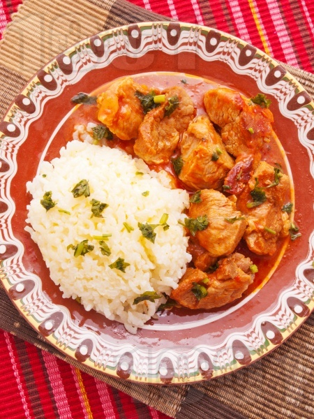 Класически винен кебап със свинско месо, праз лук, домати и вино върху канапе от ориз - снимка на рецептата